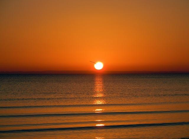 sunrise-on-the-sea-275274_640.jpg