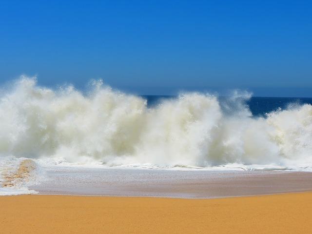 crashing-waves-140244_640.jpg